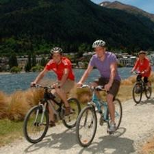 Cycling the lakeshore on the Queenstown Trail 
